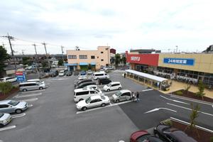 薬円台西友さんの駐車場が無料でご利用できます。